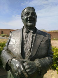 Les Dawson statue, St Annes-on-Sea, Lancashire. Sculptor: Graham Ibbeson.