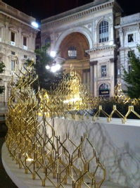 "To celebrate the 100th anniversary of the fashion company Trussardi the english-born design Michael Young created this installation made with gilt aluminium ""links"" that can be reconfigured in innumerable ways."